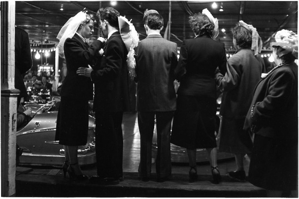 robert doisneau diaporama,504-Les-auto-tamponneuses,1953